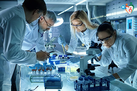 Immagine che mostra dei ricercatori intenti a esaminare del materiale scientifico