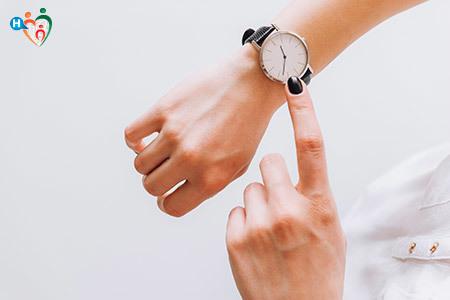 Immagine che mostra un dito indicare l'orologio