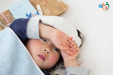 Immagine che mostra un bambino con la febbre e un eritema sul viso