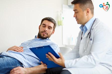 Immagine che mostra un medico nell'atto di visitare un paziente sdraiato sul lettino