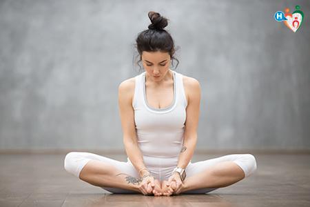 Immagine di una ragazza mentre fa yoga