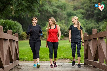 Immagine che mostra tre donne che corrono e camminano