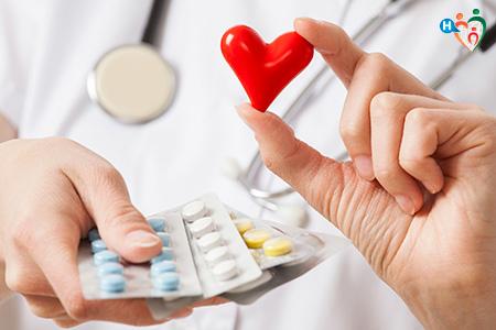 Immagine che mostra un dottore che ha in mano delle medicine e un cuore rosso