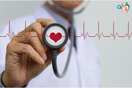 Immagine che mostra un dottore con in mano uno stetoscopio con la centro disegnato un cuore rosso