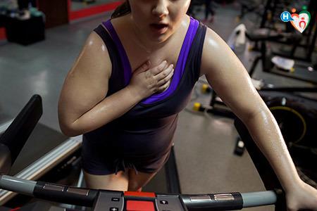 Immagine di una donna in sovrappeso mentre corre sul tapis