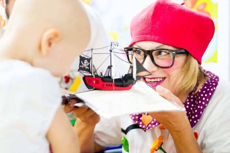 Immagine che mostra una dottoressa Sogni mentre coinvolge un bambino
