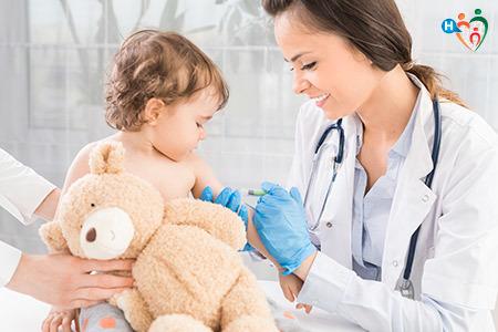 Immagine che mostra una dottoressa mentre da il vaccino a un bambino piccolo