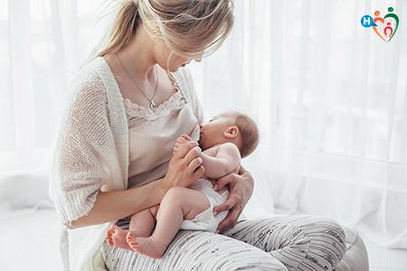 Immagine che mostra una mamma mentre allatta