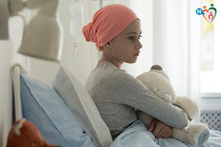 Immagine che mostra una bambina malata di cancro