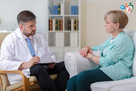 Immagine di un medico mentre fa delle dmande a una paziente seduta nello studio
