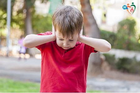 Immagine di un bambino che si tappa le orecchie