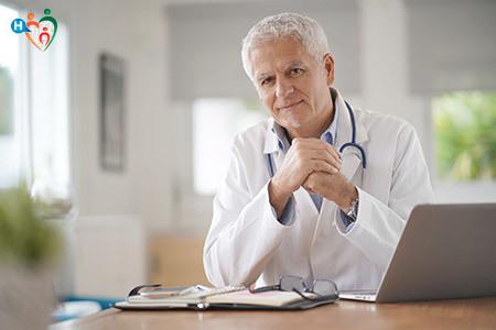 Immagine che mostra un medico seduto dietro la scrivania del suo studio