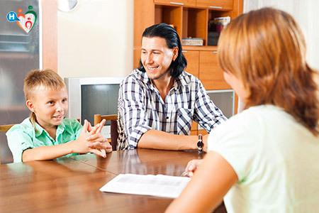 Immagine che motra un colloquio tra insegnante e genitore con il bambino