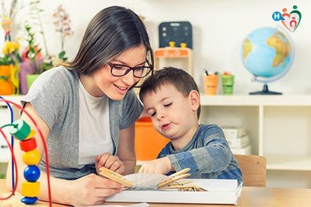 Immagine che mostra un bambino mentre riceve il supporto della maestra