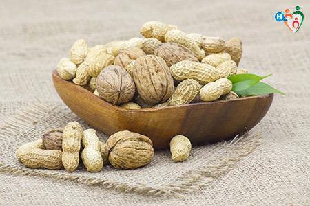 Immagine di un cesto di noci e arachidi