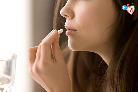 Immagine di una donna mentre prende un farmaco in pastiglia