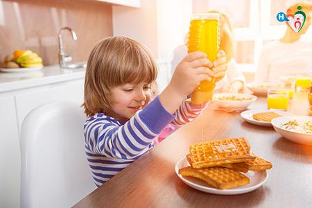 Immagine di un bambino che fa merenda con cibi zuccherati