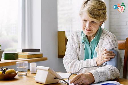 Immagine di un'anziana signora mentre prova la pressione