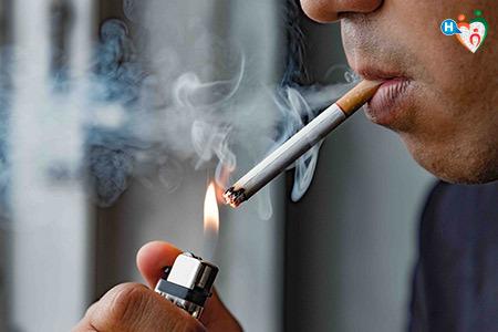 Immagine di un uomo mentre fuma