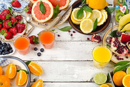 Immagine che mostra frutta e verdura fresca che contiene la vitamina c