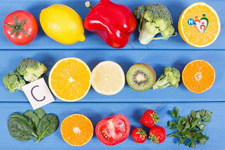 Immagine che mostra frutta fresca e verdura che contengono la vitamina C
