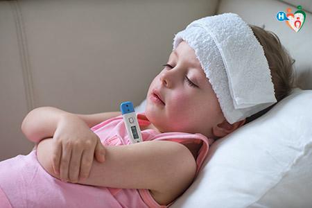 Immagine di una bambina a lett con la febbre alta