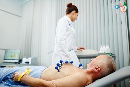 Immagini di un uomo durante la visita cardiologica