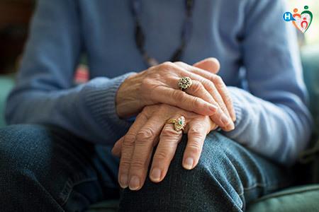 Immagine che mostra le mani di una donna anziana con la sindrome di parkinson