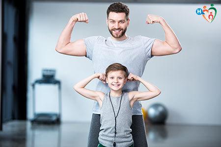 immagine di padre e figlio che mostrano i muscoli delle braccia