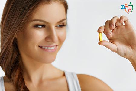 Immagine di una ragazza che tiene in mano un integratore in pillola