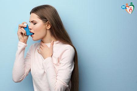 Immagine di una ragazza che si aiuta con un respiratore a superare un attacco di asma