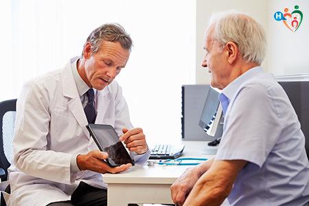 Immagine che mostra medico e paziente mentre parlano