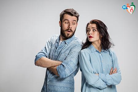Immagine di un uomo e una donna in piedi a contrasto