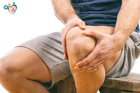 immagine di un uomo che si tiene il ginocchio dolorante