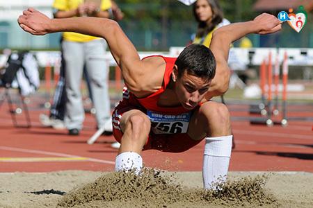 Immagine di un ragazzo che fa il salto in lungo alle olimpiadi