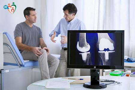 Immagine di un medico mentre visita il paziente con dolore al ginocchio
