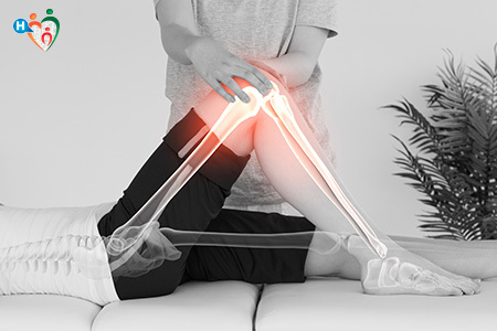 Immagine che mostra una signora mentre fa fisioterapia al ginocchio