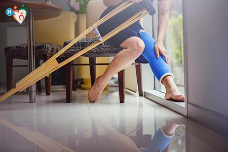 Immagine di un ragazzo co la gamba ingessata