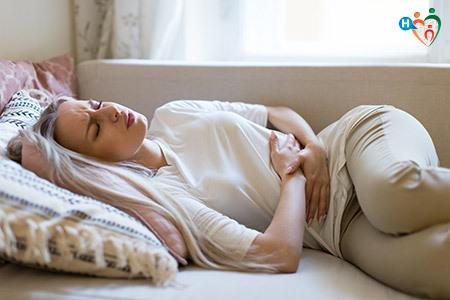 immagine di una ragazza sdraiata con i crampi alla pancia