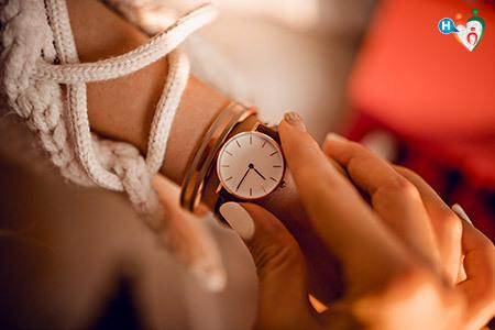 immagine di una ragazza che guarda l'osa sul suo orologio da polso