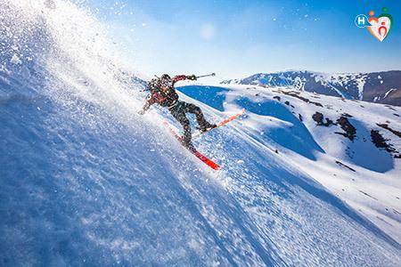 immagine che mostra uno sciatore mentre sta cadendo appoggiandosi sul polso