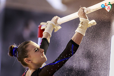 Immagine che mostra una ragazza mentre esegue en esercizio di ginnastica artistica alle parallele