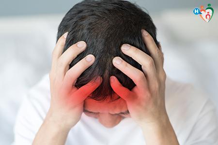 Immagine di un ragazzo con la testa tra le mani che soffre di meningite