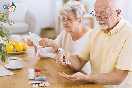 Immagine di due anziani mentre prendono i farmaci