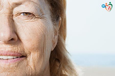 Immagine del viso di una donna segnato dalle rughe