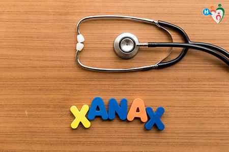Immagine con la scritta xanax su un tavoli in legno