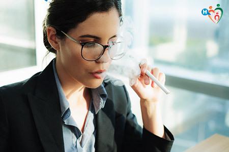 Immagine di una donna mentre fuma una sigaretta