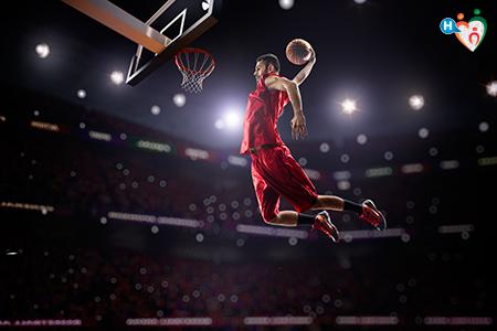 Immagine che mostra un giocatore di basket mentre sta facendo canestro