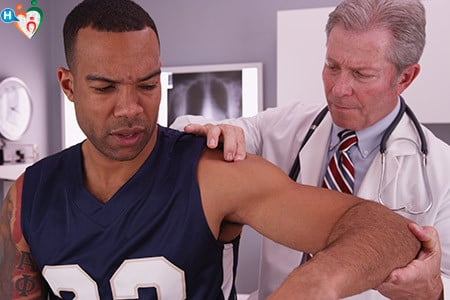 Immagine di un dottore che visita la spalla del paziente