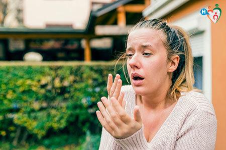 Immagine di una ragazza che starnutisce